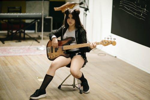 低音吉他, 坐, 女孩 的 免費圖庫相片