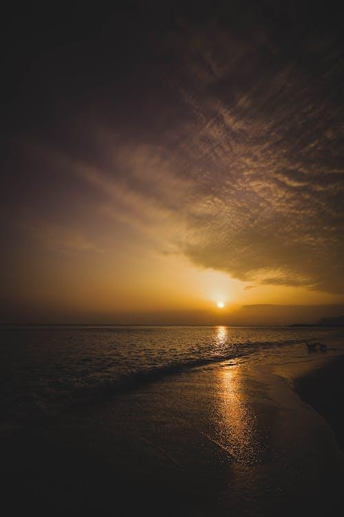 Ilmainen kuvapankkikuva tunnisteilla aallot, auringonlasku, aurinko, hämärä