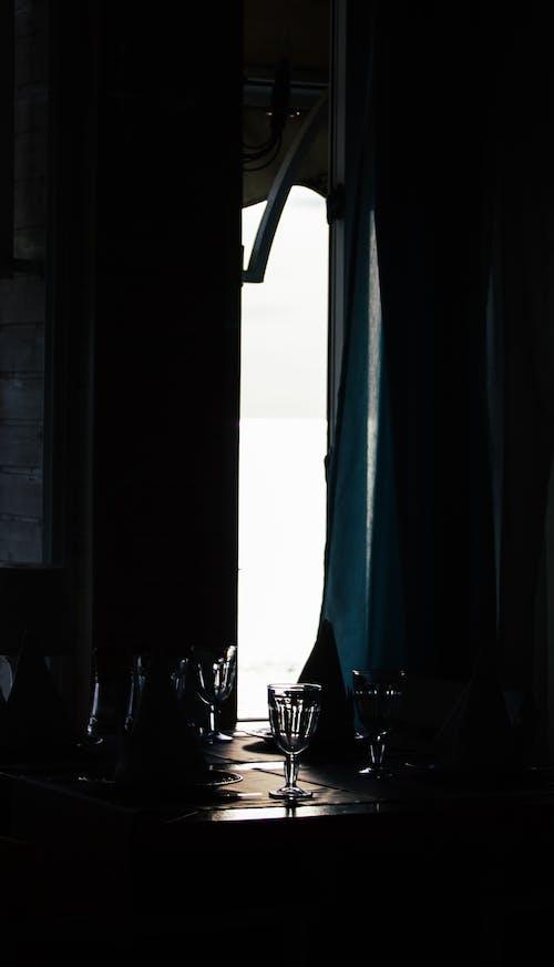 Δωρεάν στοκ φωτογραφιών με ελαφρύς, εσωτερικοί χώροι, κρασοπότηρο, σκιά