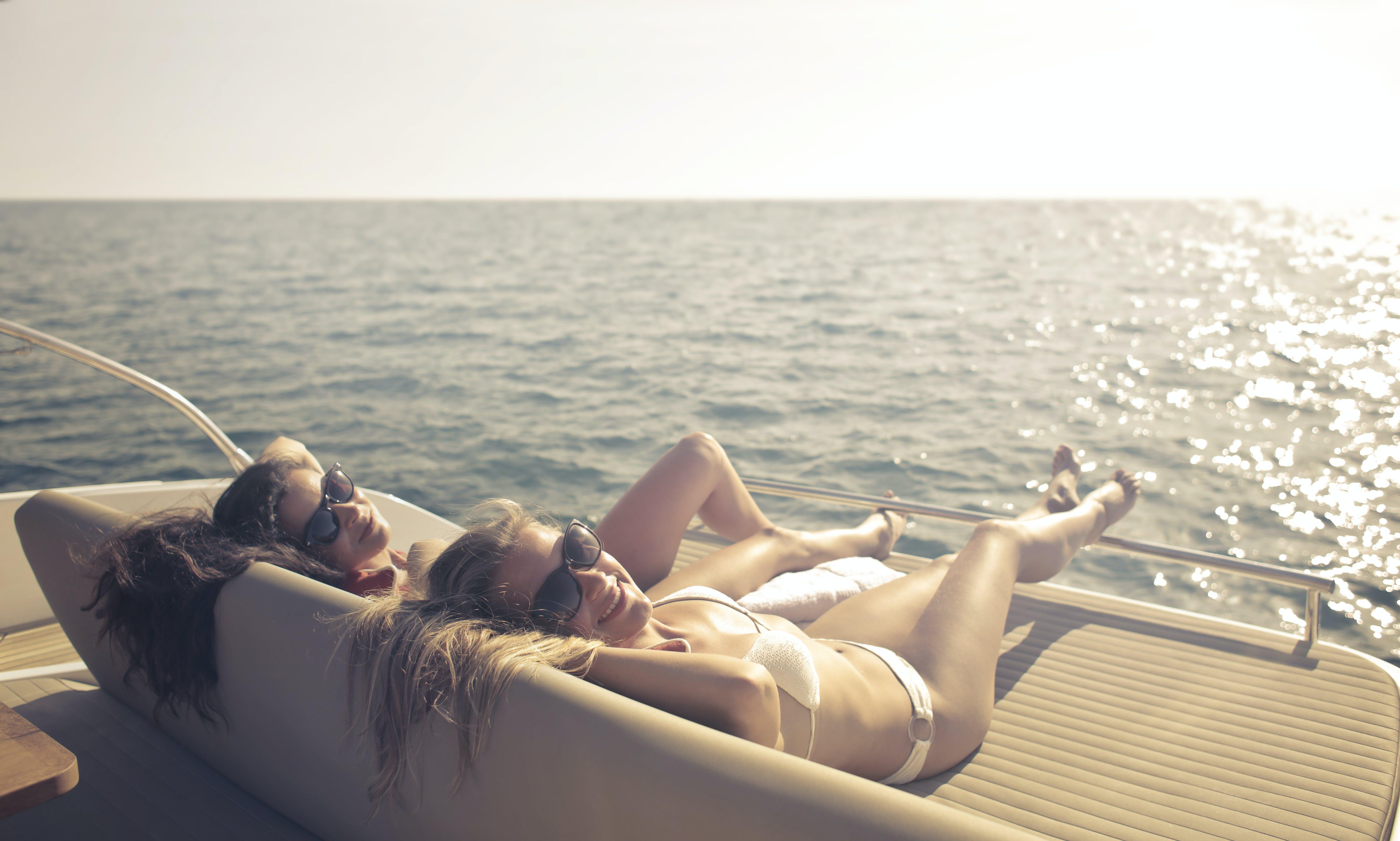 Foto stok gratis air, bagus, berambut pirang, berbaring