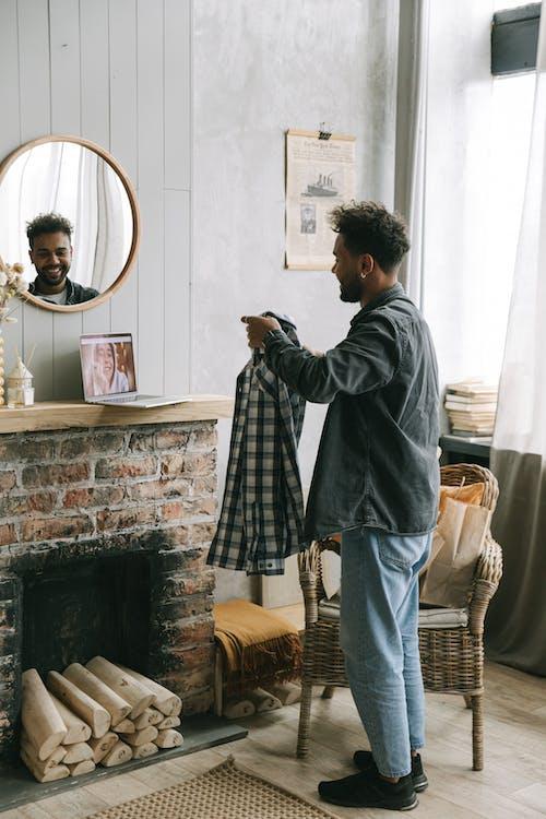 Photos gratuites de à l'intérieur, afro-américain, appel vidéo