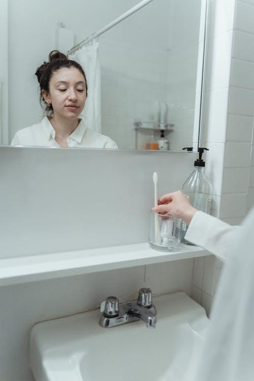 Fotos de stock gratuitas de baño, cepillo de dientes, cristal