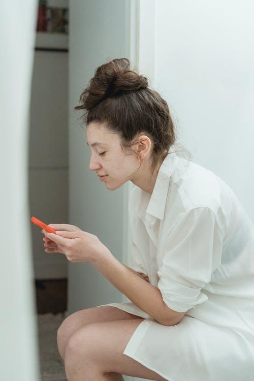 咖啡色頭髮的女人, 坐, 女人 的 免費圖庫相片