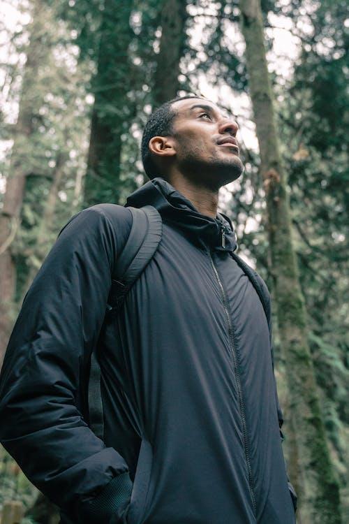 Photos gratuites de contemplant, debout, équipement de randonnée