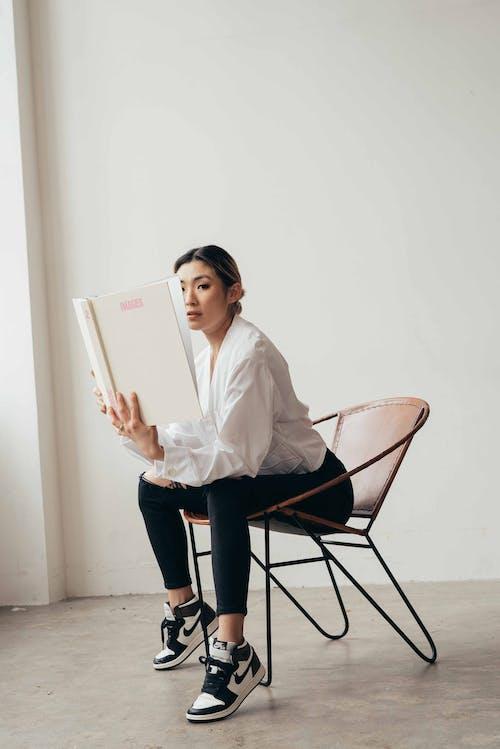 Gratis stockfoto met armstoel, Aziatische vrouw, boek