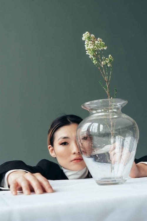 Kostnadsfri bild av aromatisk, asiatisk kvinna, blomma