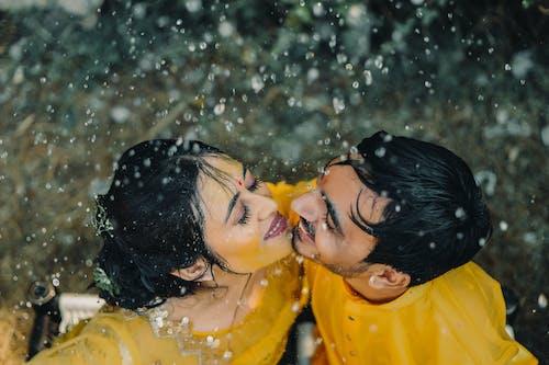 Foto profissional grátis de abraço, adulto, água