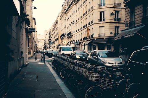 Immagine gratuita di architettura, auto, biciclette, carreggiata