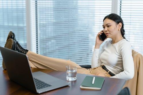 Kostenloses Stock Foto zu am telefon sprechen, arbeit, asiatische frau
