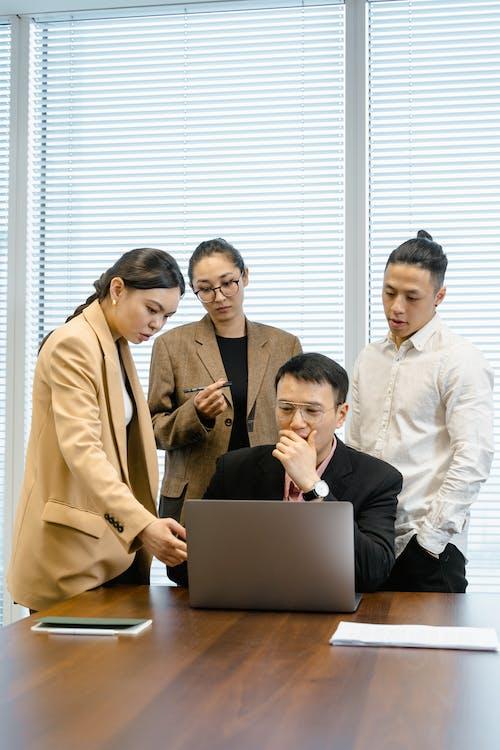 Foto profissional grátis de argumentando, asiáticos, colegas