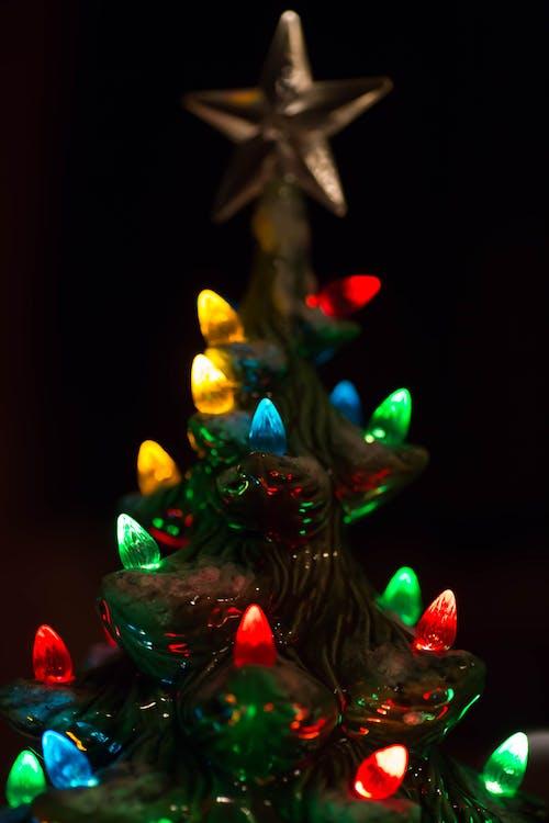 Δωρεάν στοκ φωτογραφιών με πολύχρωμος, φώτα, Χριστουγεννιάτικα λαμπάκια, χριστουγεννιάτικο δέντρο