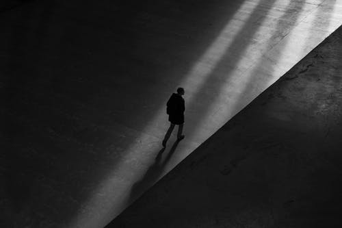 Immagine gratuita di bianco e nero, camminando, da solo, esterno