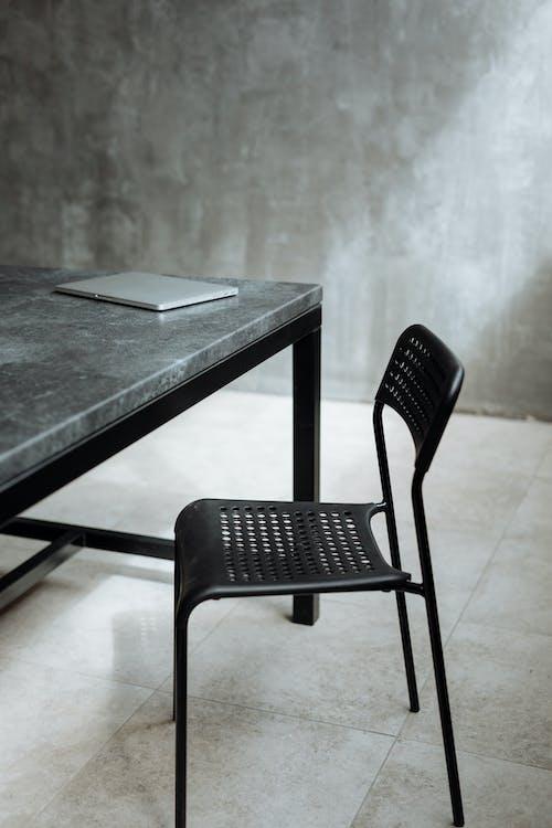 黒いテーブルの横にある黒い椅子