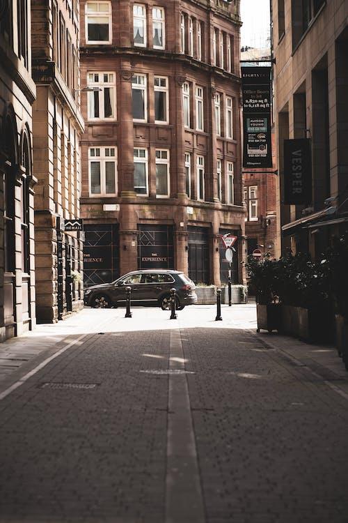 Darmowe zdjęcie z galerii z boczna uliczka, bruk, brukowana ulica