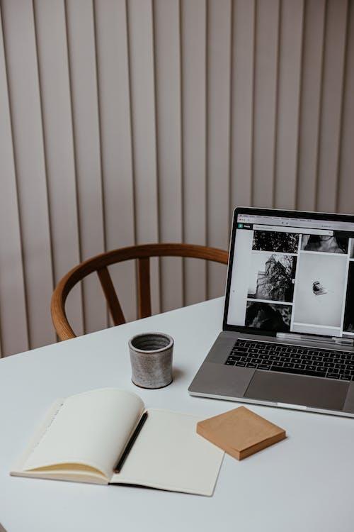 Macbook Pro Di White Table