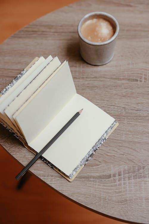 Foto profissional grátis de balcão, bloco de anotações, caderno