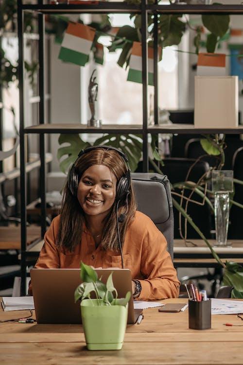 Základová fotografie zdarma na téma call centrum, černoška, služby zákazníkům