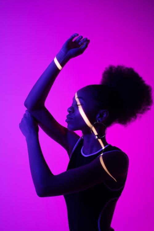 Foto profissional grátis de afro-americano, cabelo afro, de pé