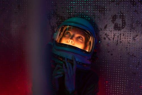 Fotos de stock gratuitas de adulto, astronauta, buscando