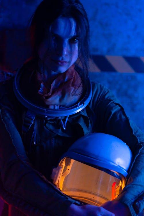 Gratis stockfoto met astronaut, blauw licht, donker
