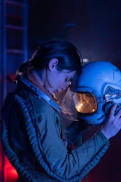 Женщина в синем пиджаке и синем шлеме