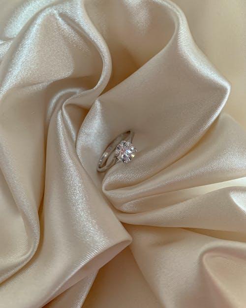 Foto d'estoc gratuïta de anell de compromís, color pastís, diamant