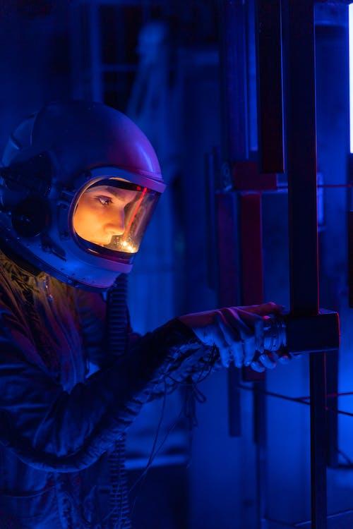 Darmowe zdjęcie z galerii z astronauta, ciemny, czółenko