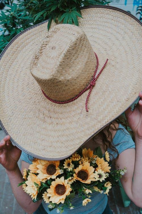 Бесплатное стоковое фото с вертикальный выстрел, желтые цветы, женщина