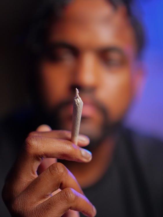 Pessoa Segurando Um Cigarro Na Lente Tilt Shift