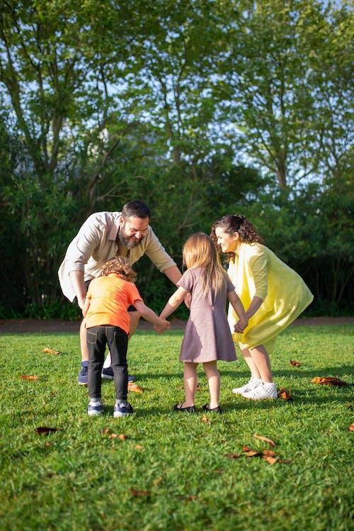 Gratis stockfoto met familie, gezin, grasveld