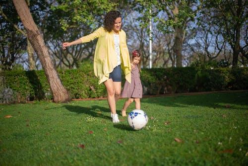 Gratis stockfoto met dochter, grasveld, kid