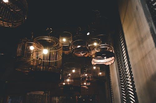 akşam, aydınlatılmış, bina, dar açılı çekim içeren Ücretsiz stok fotoğraf