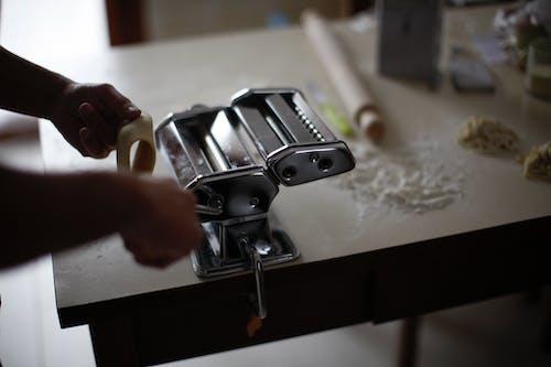 人, 室內, 廚具, 成人 的 免费素材照片