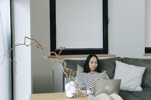 亞洲女人, 亞洲女性, 坐 的 免費圖庫相片
