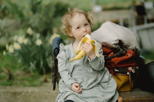 Kostnadsfri bild av banan, barn, flicka