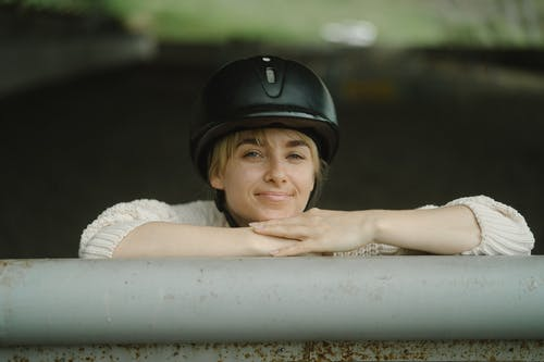 Kostnadsfri bild av hjälm, kvinna, leende