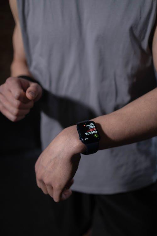 Persoon Die Zwarte Apple Watch Draagt