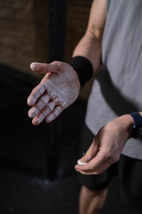 Gratis arkivbilde med armbåndet, fingre, gym kritt