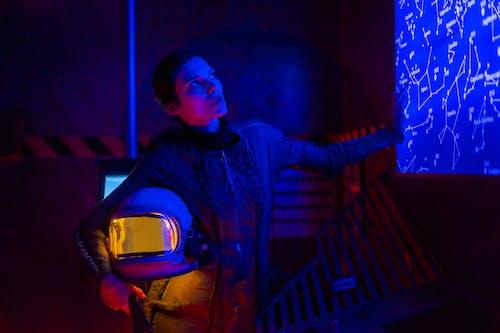 Gratis stockfoto met astronaut, blauw licht, blik
