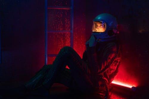 Darmowe zdjęcie z galerii z astronauta, czerwone światło, czółenko