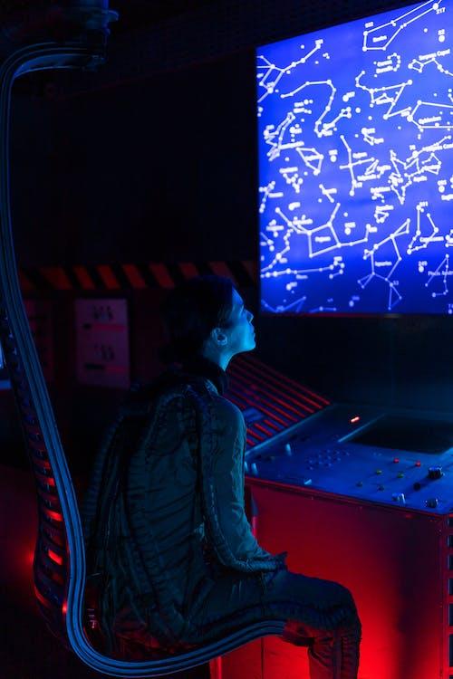Kobieta Patrząc Na Ekran Wewnątrz Statku Kosmicznego