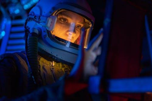 Gratis stockfoto met aan het kijken, astronaut, blauw licht
