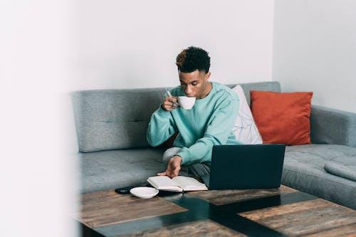 Бесплатное стоковое фото с афро-американец, блокнот, в помещении