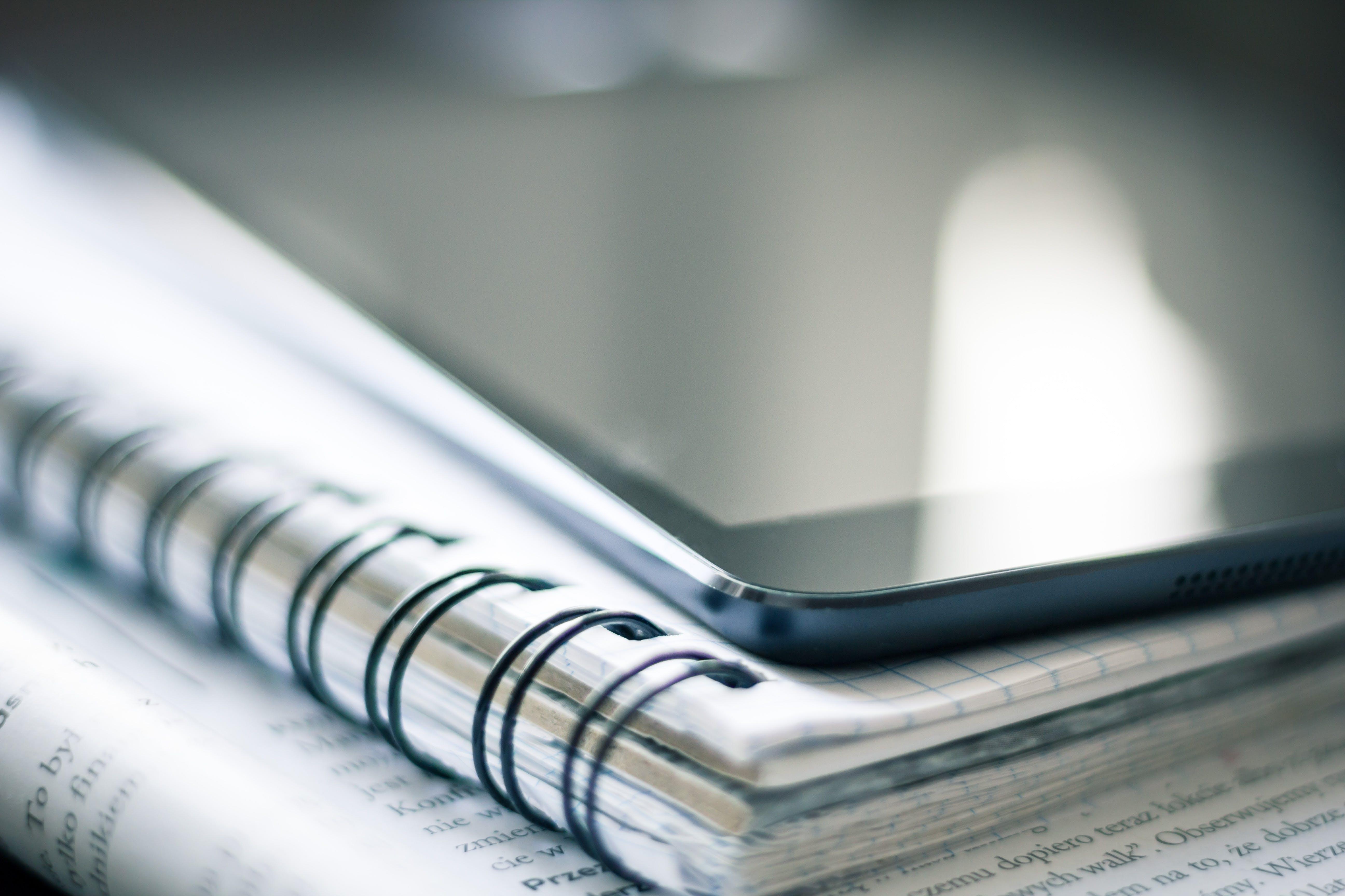 Základová fotografie zdarma na téma blok, chytrý telefon, dokument, iPad