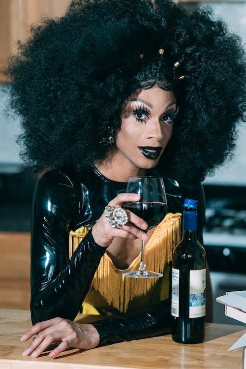 Бесплатное стоковое фото с алкоголь, афро-американец, бокал для вина