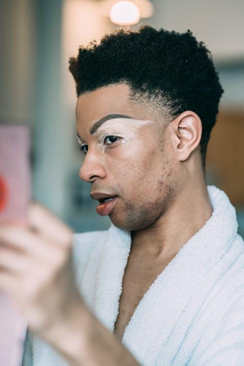 Gratis arkivbilde med afrikansk-amerikansk mann, alvorlig, badekåpe