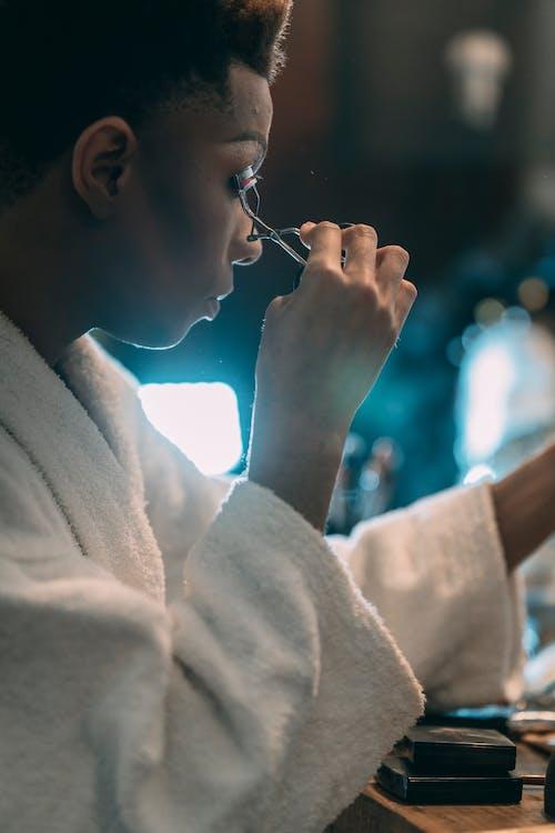 Бесплатное стоковое фото с афро-американец, банный халат, бесстрастный