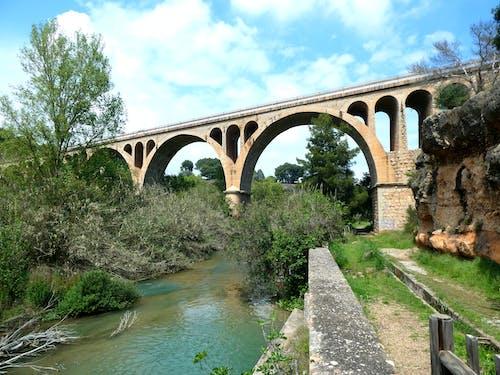 Gratis stockfoto met brug, rivier, ruig