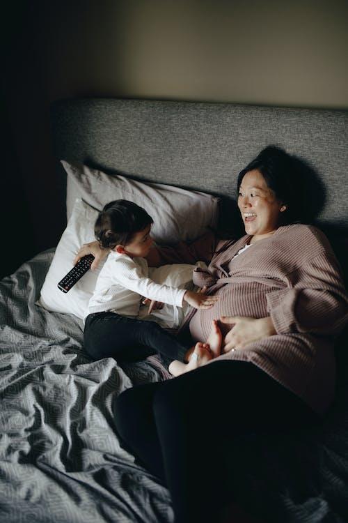 Zwangere Moeder En Baby Die Op Bed Liggen
