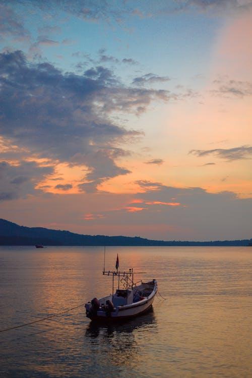 Darmowe zdjęcie z galerii z chmury, łódź, morze, zachód słońca